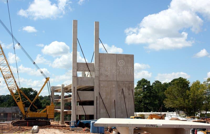 Ein Fertigbeton-Gebäude nimmt Gestalt an stockbild