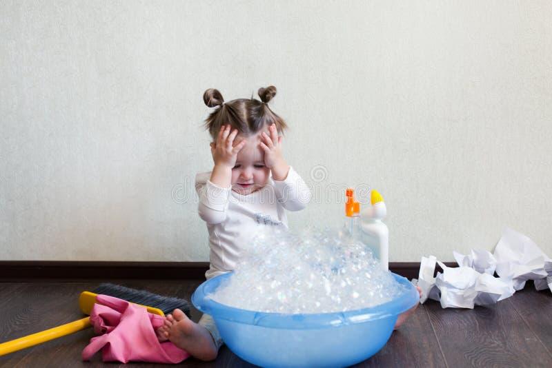 Ein 1,8 Festplattenlaufwerk 5-jähriges Mädchen nimmt an Hausarbeiten, studiert ein Becken mit Schaum, chemische Chemie teil Haush stockfotografie