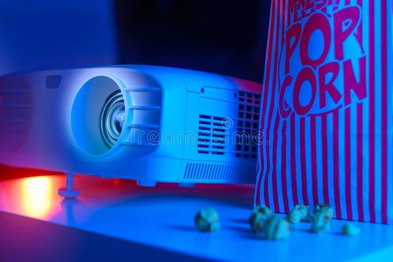 Ein Film im Kino ansehen Freizeit, Popcorn und Filme lizenzfreies stockbild