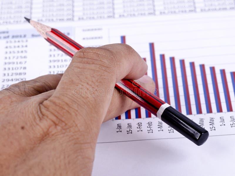 Ein Finanzkreditbericht mit einem Bleistift stockfotografie