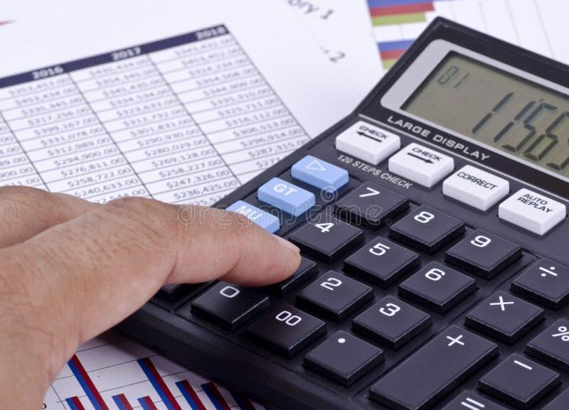 Ein Finanzkreditbericht mit einem calculatro stockfotos