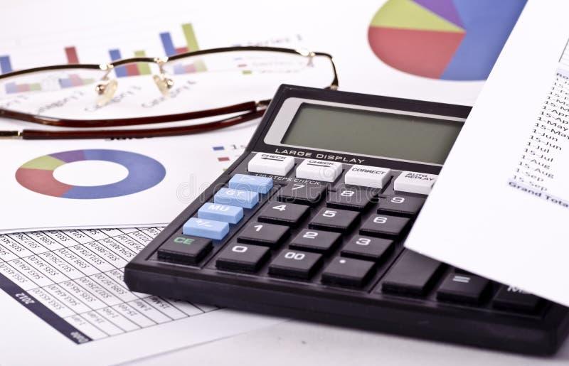 Ein Finanzkreditbericht mit Spezifikt. und einem Taschenrechner lizenzfreie stockfotos
