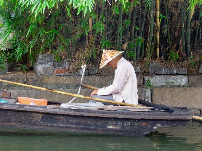 Ein Fischer, der auf einem Boot schläft lizenzfreie stockfotografie