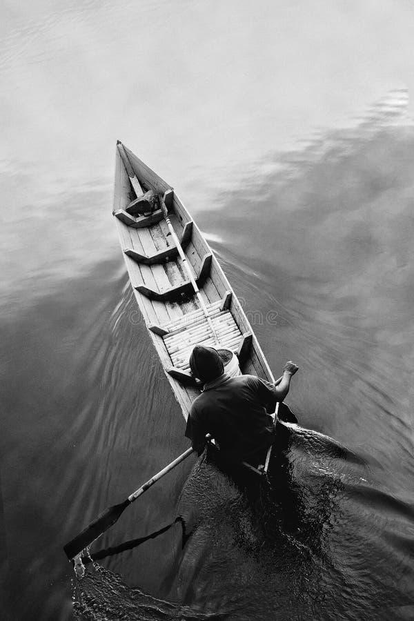 Ein Fischer mit dem Boot in Indonesien lizenzfreie stockfotos
