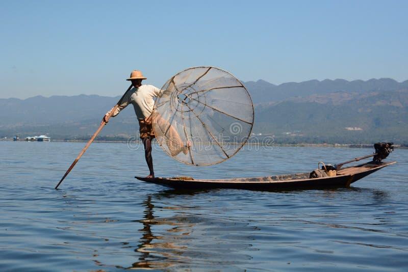 Ein Fischer und sein traditionelles Fischernetz Inle See myanmar lizenzfreie stockfotos