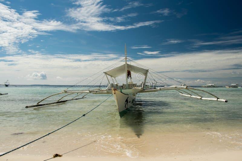 Ein Fischerboot, das am Ufer auf dem Strand geparkt wird lizenzfreie stockfotografie