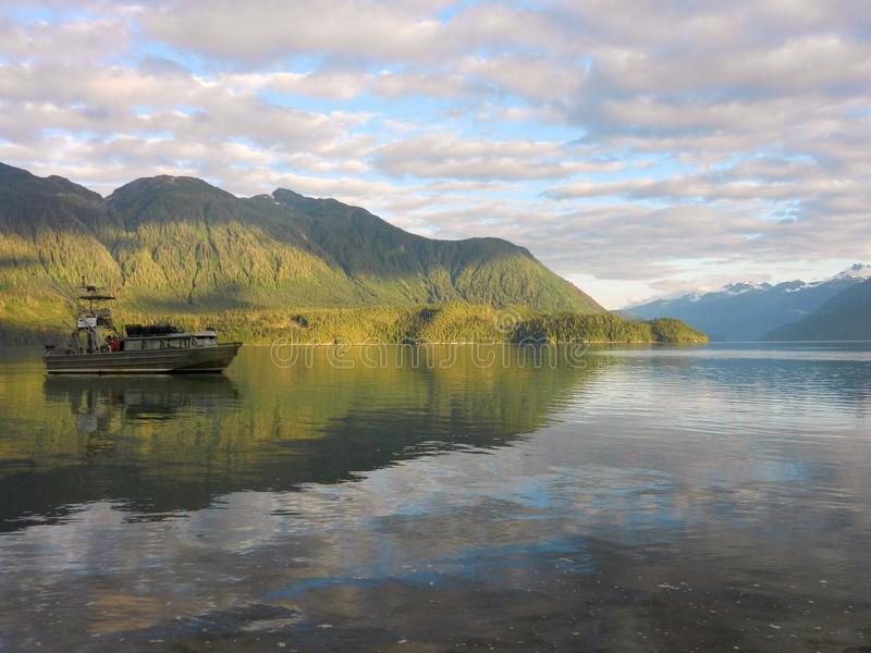 Ein Fischerboot nahe Bella Coola, Britisch-Columbia stockbild