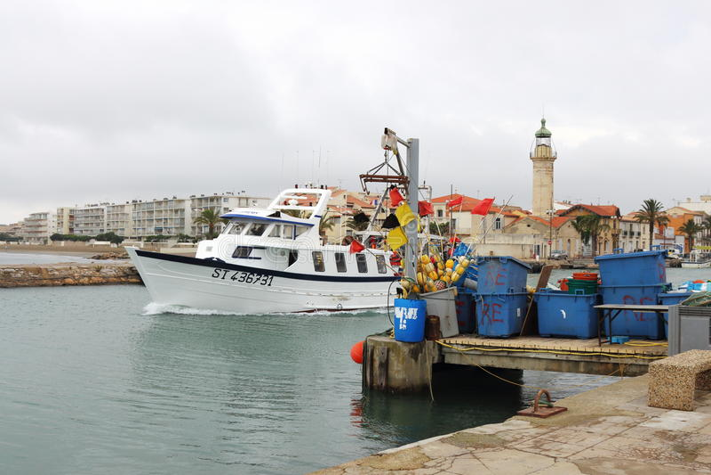 Ein Fischerboot verlässt Hafen Le Grau-DU-ROI, Frankreich stockfoto