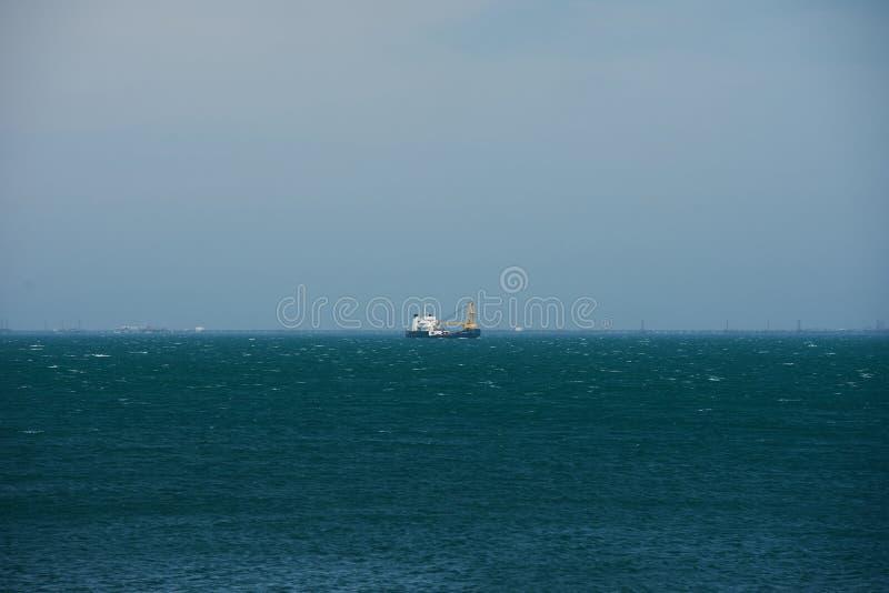 Ein Fischerbootschleppnetzfischer, der in die offenen Wasser des blauen Kaspischen Meers schwimmt stockbilder