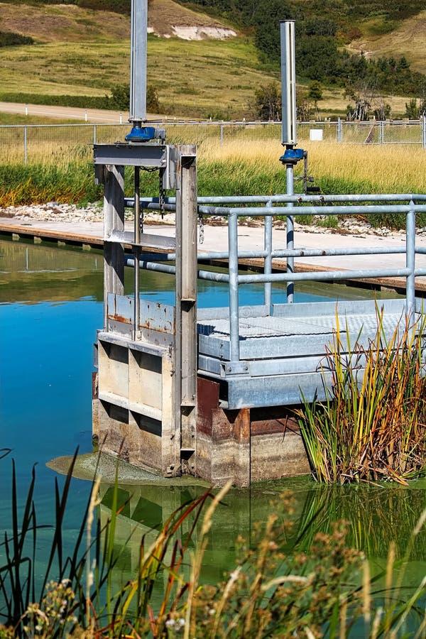 Ein fishway Eingang an der Spitze einer kleinen Sperre lizenzfreies stockbild