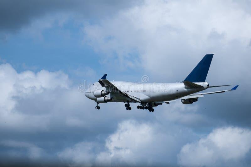 Ein flaches Fliegen in schönem auf dem Himmel lizenzfreies stockfoto