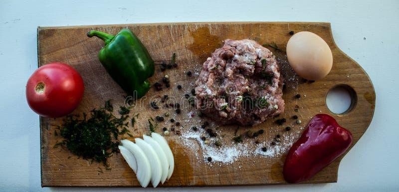 Ein Fleischzwiebeltomaten-Gemüsepaprikaei auf einem hölzernen Brett stockfotografie