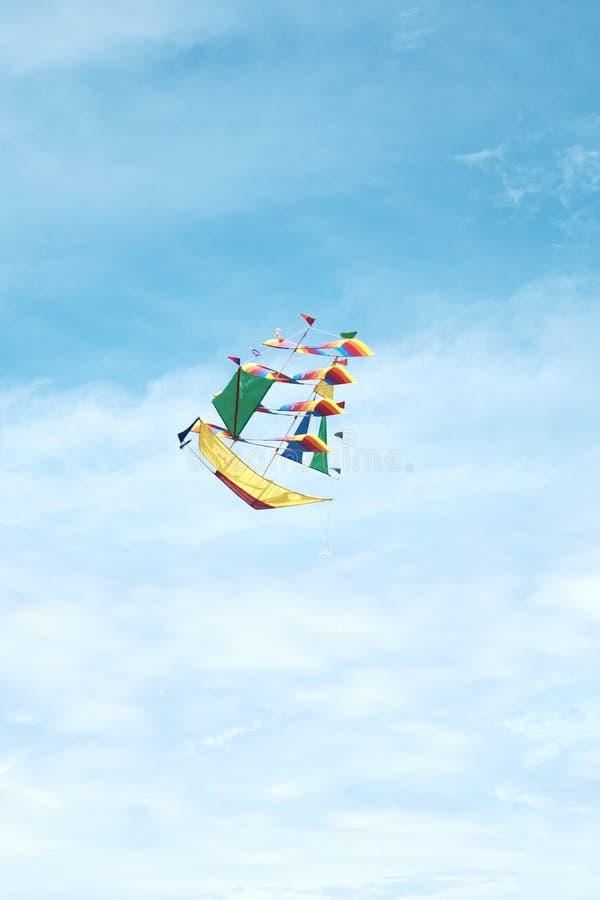 Ein fliegender Schiffsdrachen im blauen Himmel stockfoto