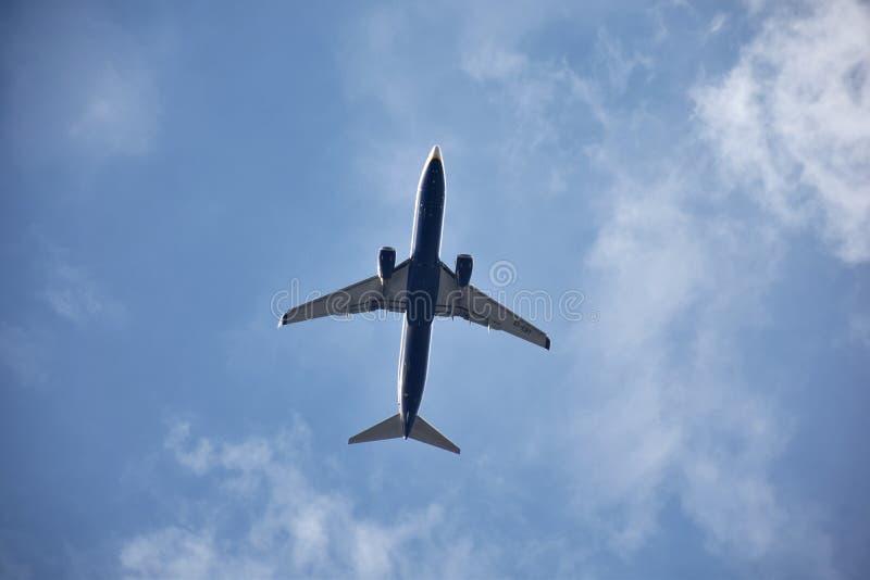 Ein Fliegenflugzeug stockfotografie