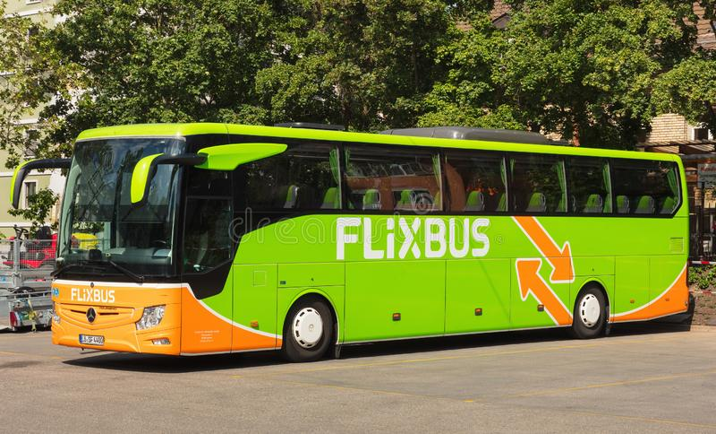 Ein Flixbus-Trainer in der Stadt von Zürich, die Schweiz stockfotos