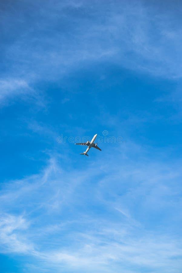 Ein Flugzeug im blauen Himmel stockfotos