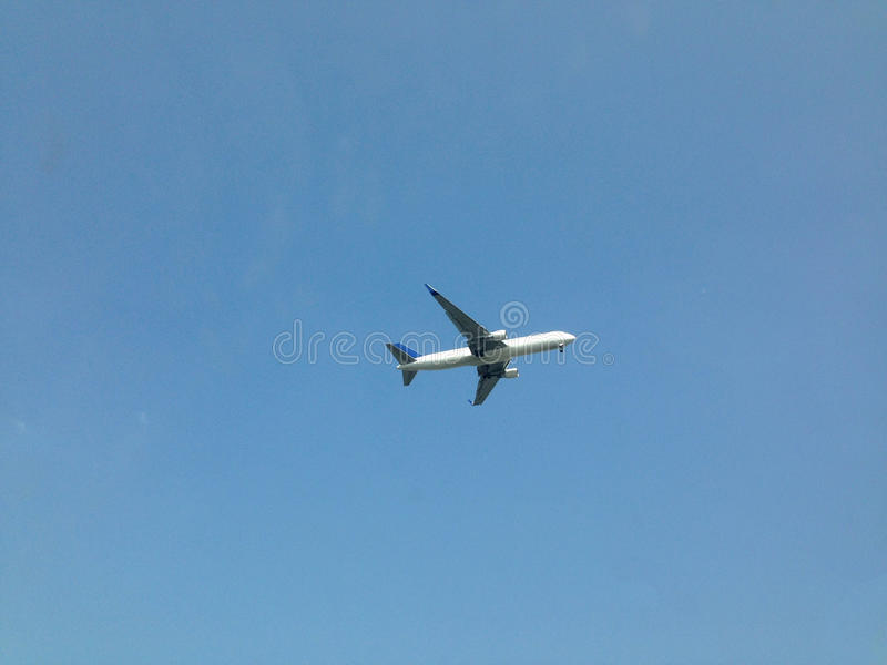 Ein Flugzeug im Himmel stockfoto