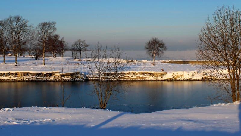 Ein Fluss an einem kalten Morgen lizenzfreies stockbild