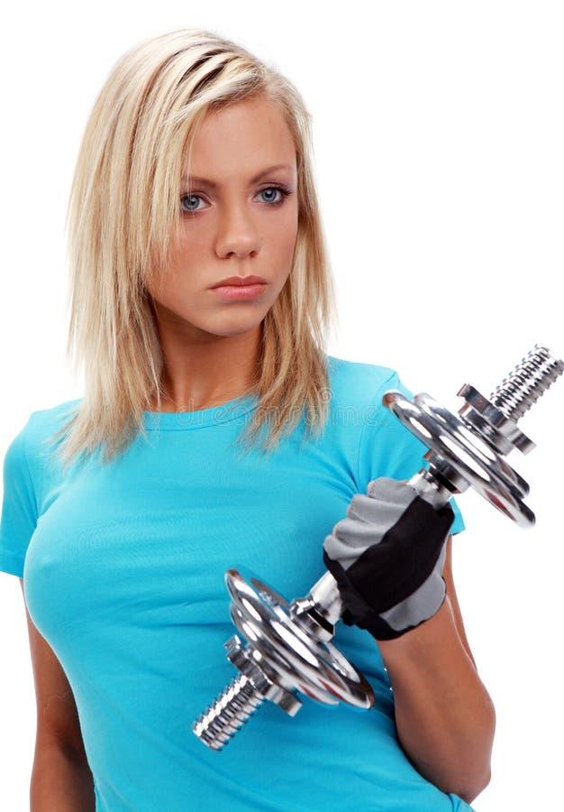 Ein Foto einer Frau, die ein Gewicht anhebt lizenzfreie stockfotografie