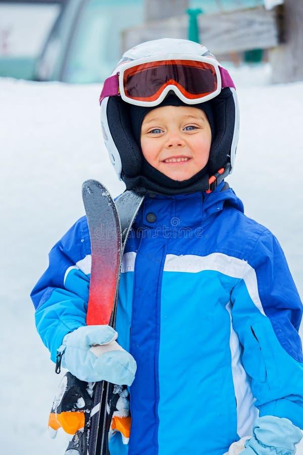 Ein Foto eines JuniorSkifahrers lizenzfreies stockfoto
