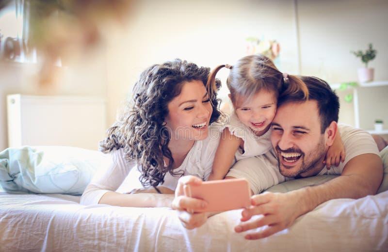 Ein Foto unserer glücklichen Familie machen gelassen stockbilder