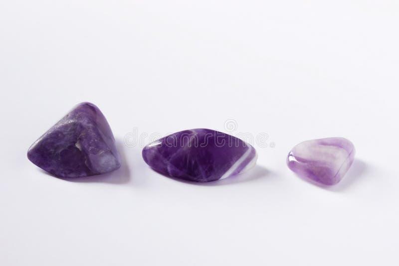 Ein Foto von drei Amethystedelsteinen, natürliche Mineralsteine stockfotos
