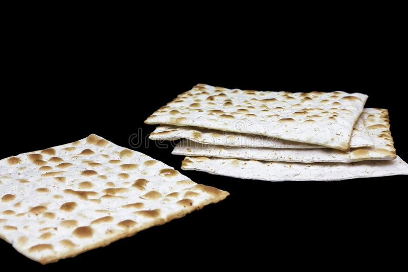 Ein Foto von zwei Stücken Matzah oder matza lokalisiert auf schwarzem Hintergrund Matzah für die jüdischen Passahfestfeiertage Pl lizenzfreie stockfotos