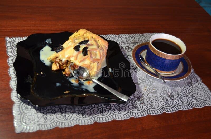 Ein Frühstück des Strudels mit Apfel und Rosine und schwarzer Kaffee lizenzfreies stockfoto