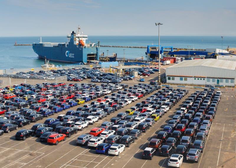 Ein Frachtschiff, das Neuwagen in königlichen Hafen Ramsgate holt stockbild