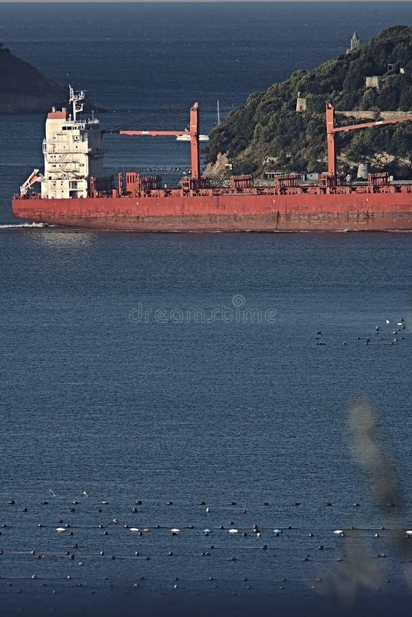 Ein Frachtschiff im Golf von La Spezia, Ligurien stockfotografie