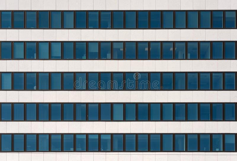 Ein Fragment der Fassade eines modernen Bürogebäudes Windows und heller dekorativer Stein stockfotografie