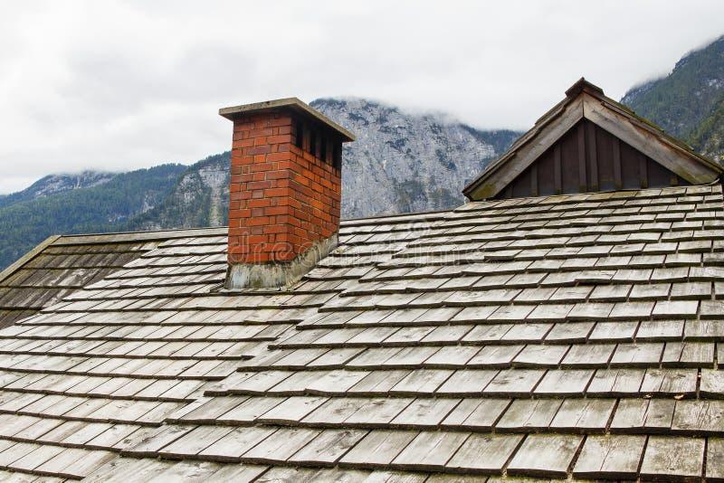 Ein Fragment des alten hölzernen Dachs eines Hauses in den Alpen lizenzfreie stockfotos