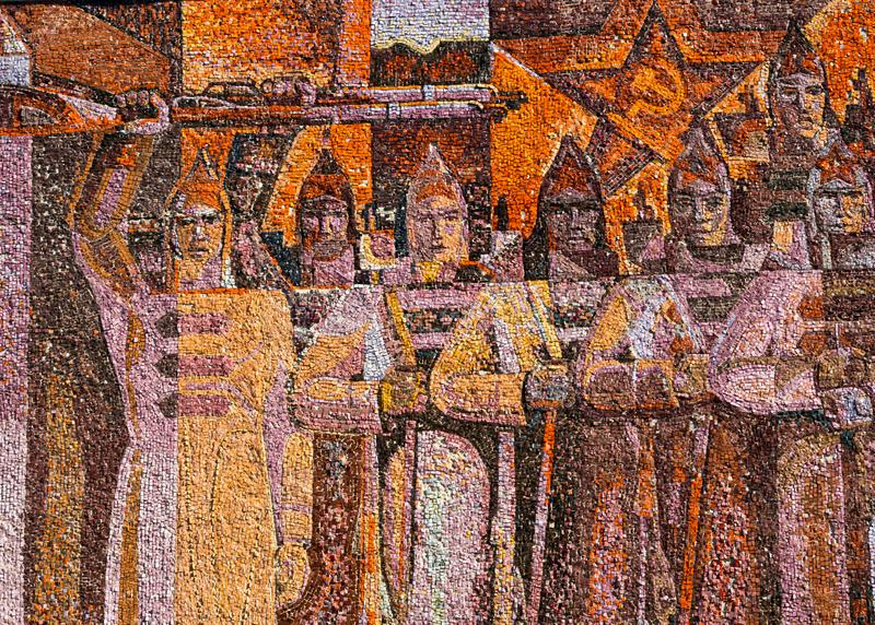 Ein Fragment einer Platte auf einem revolutionären Thema, die Wand des Gebäudes des Sanatorium nam stockfoto