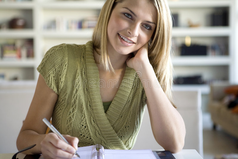 Ein Frauenschreiben in ihrer Tagesordnung stockbilder