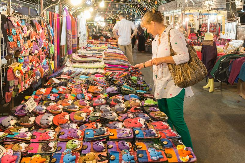 Ein Frauentouristeneinkaufen für Andenken auf dem Nachtmarkt in Mae Hong Son, Thailand lizenzfreies stockbild