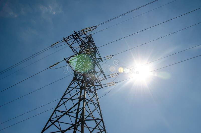 Ein Freileitungsmast oder ein Energieturm lizenzfreie stockbilder