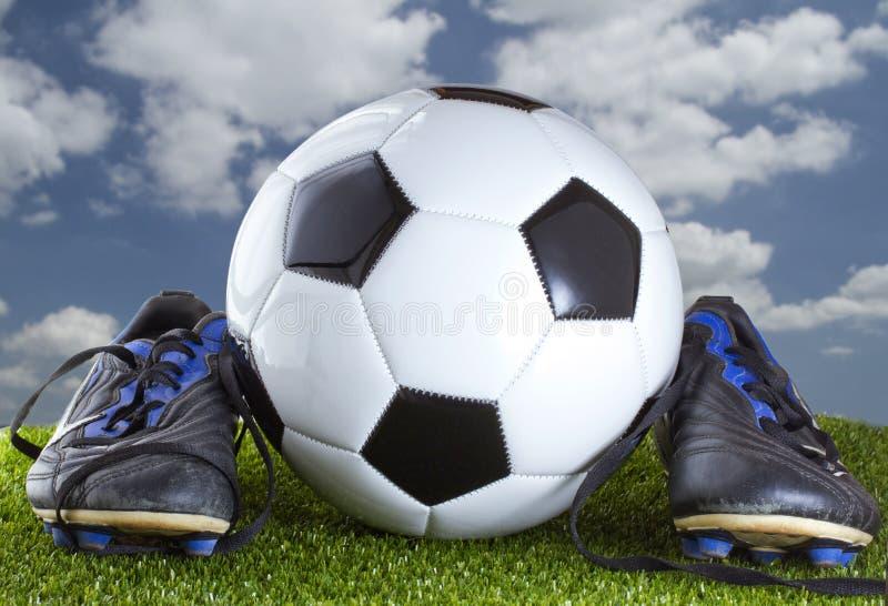 Fußball und Schuhe stockfotografie