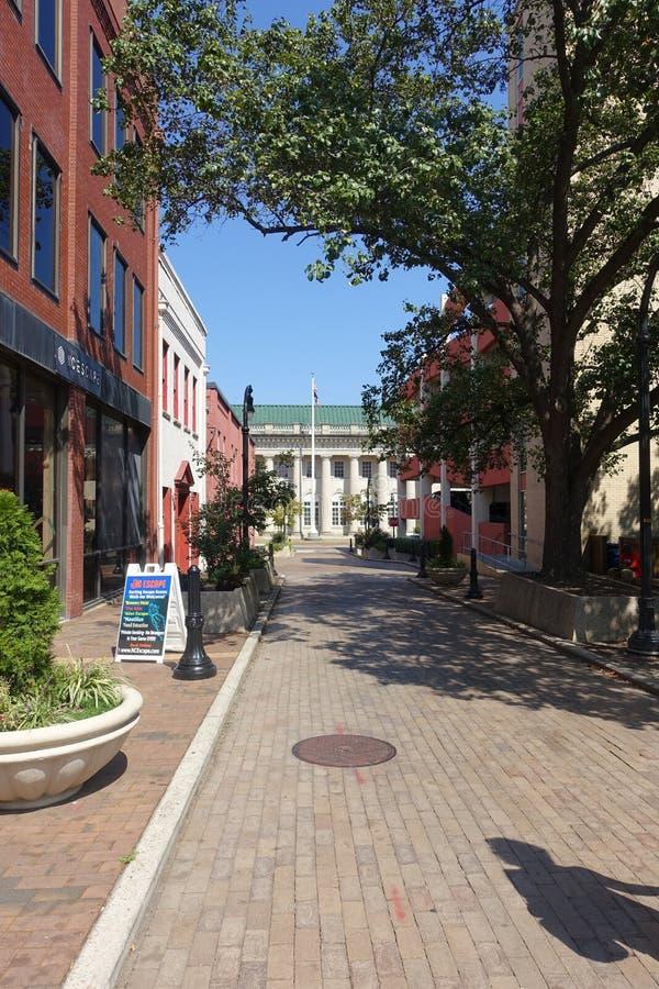Ein Fußgängerweg in Downtown Durham, NC lizenzfreie stockbilder