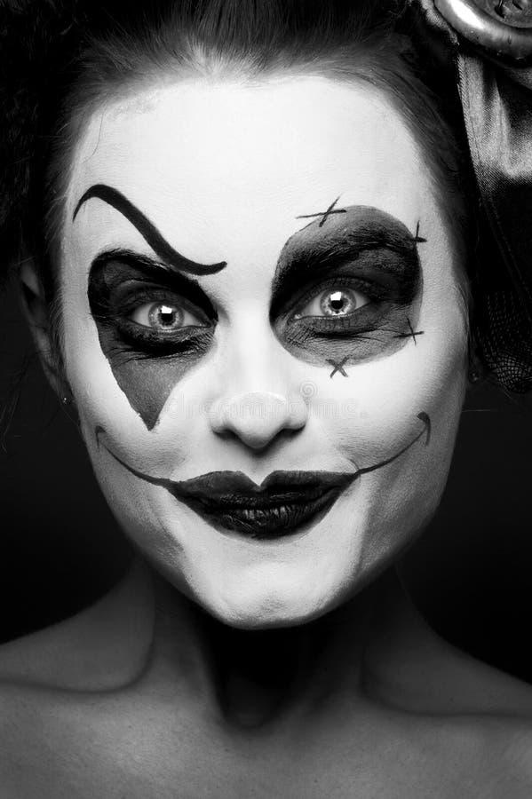 Ein furchtsames weibliches Clownanstarren stockfotografie