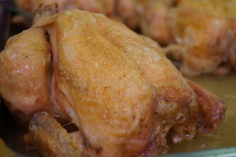 Ein ganzes gebratenes Huhn zu verkaufen stockfoto