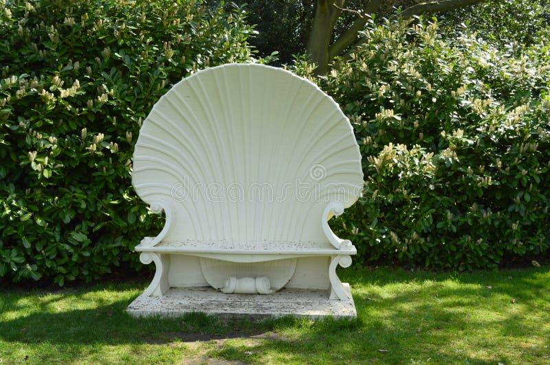 Ein Garten Seat schnitzte wie Shell in der Rokoko-Art stockbild