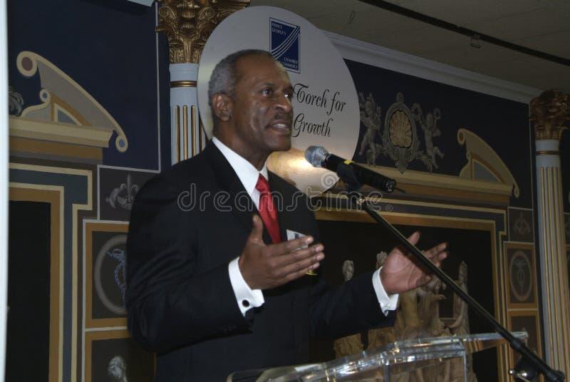 Ein Gastredner gibt eine Rede an des Prinz Georges County der Handelskammer L lizenzfreie stockfotos