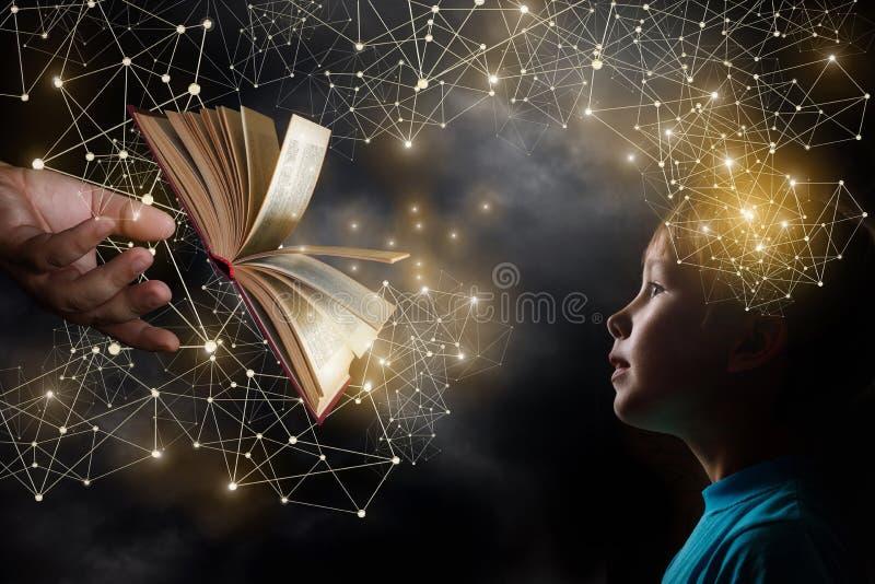 Ein geöffnetes Buch mooving von der Hand eines Erwachsenen in Richtung zu einem Kind lizenzfreie stockfotos
