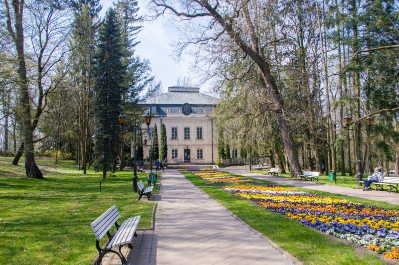 Ein Gebäude im Park des Kurorts in Naleczow stockbilder