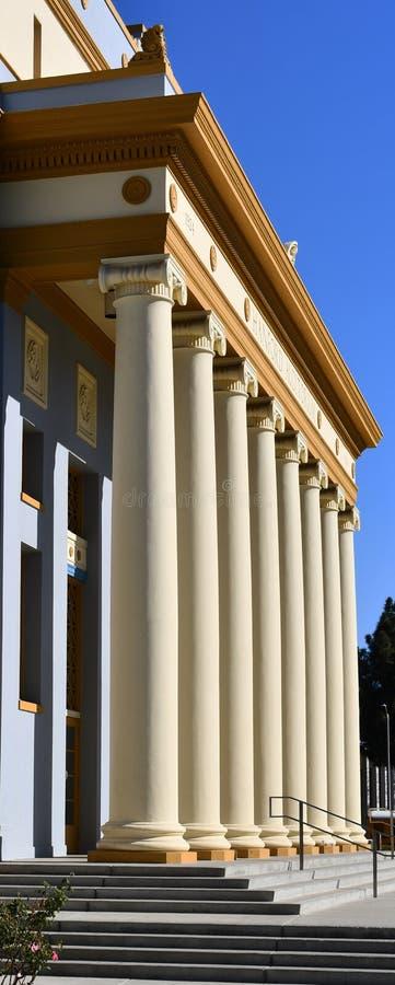 Ein Gebäude mit korinthischer Kolonnade der Spalten in Folge die neoklassische errichtende Art ähnelt einem Gerichtgericht, lizenzfreie stockfotos