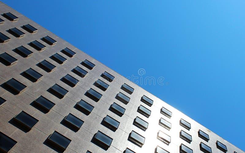 Ein Gebäude mit quadratischem Fenster stockfotografie
