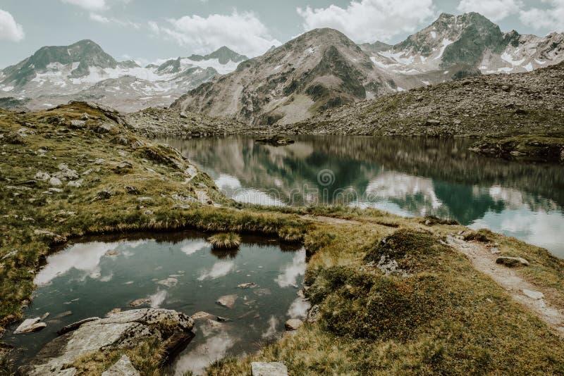 Ein Gebirgssee in den österreichischen Alpen stockbild