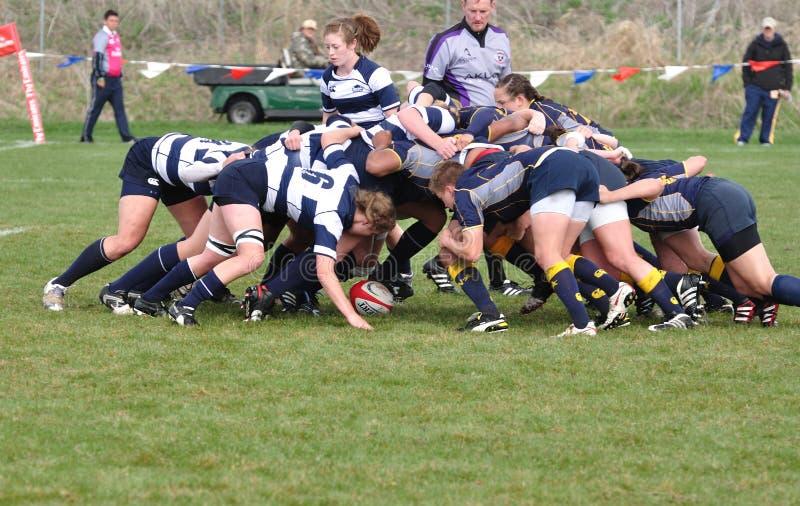 Ein Gedränge in einer Rugby-Abgleichung der Frauen Hochschul lizenzfreie stockbilder