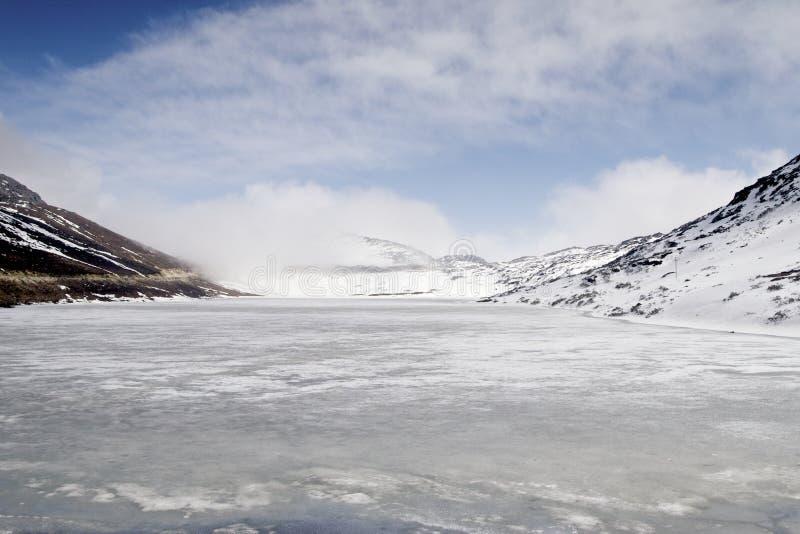 Ein gefrorener See in Arunachal Pradesh India lizenzfreie stockfotografie