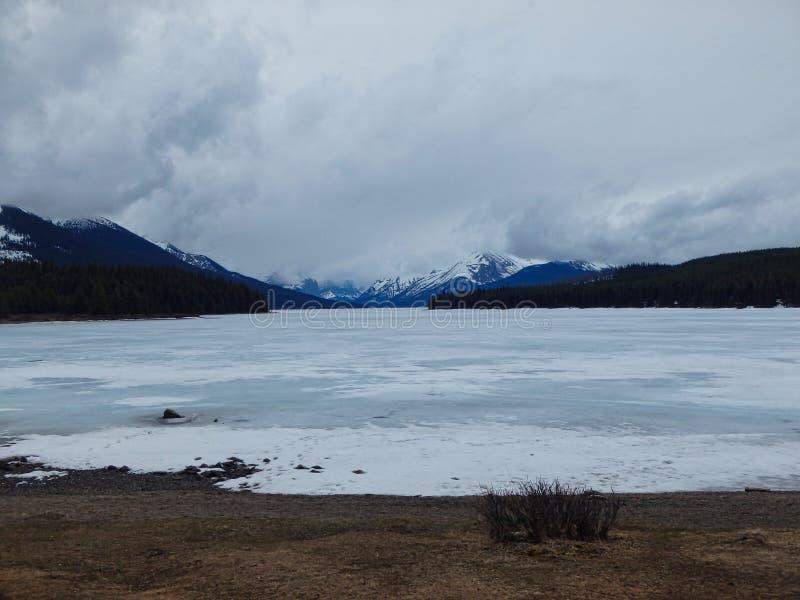ein gefrorener See in den Bergen lizenzfreie stockbilder